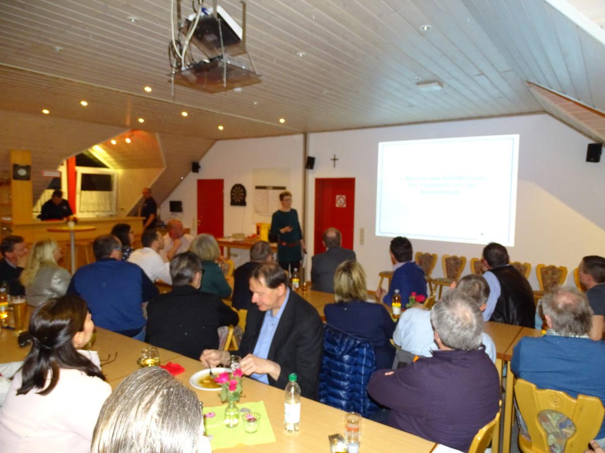 Schriftführerin Antje Wiedmer führt durch die Veranstaltung